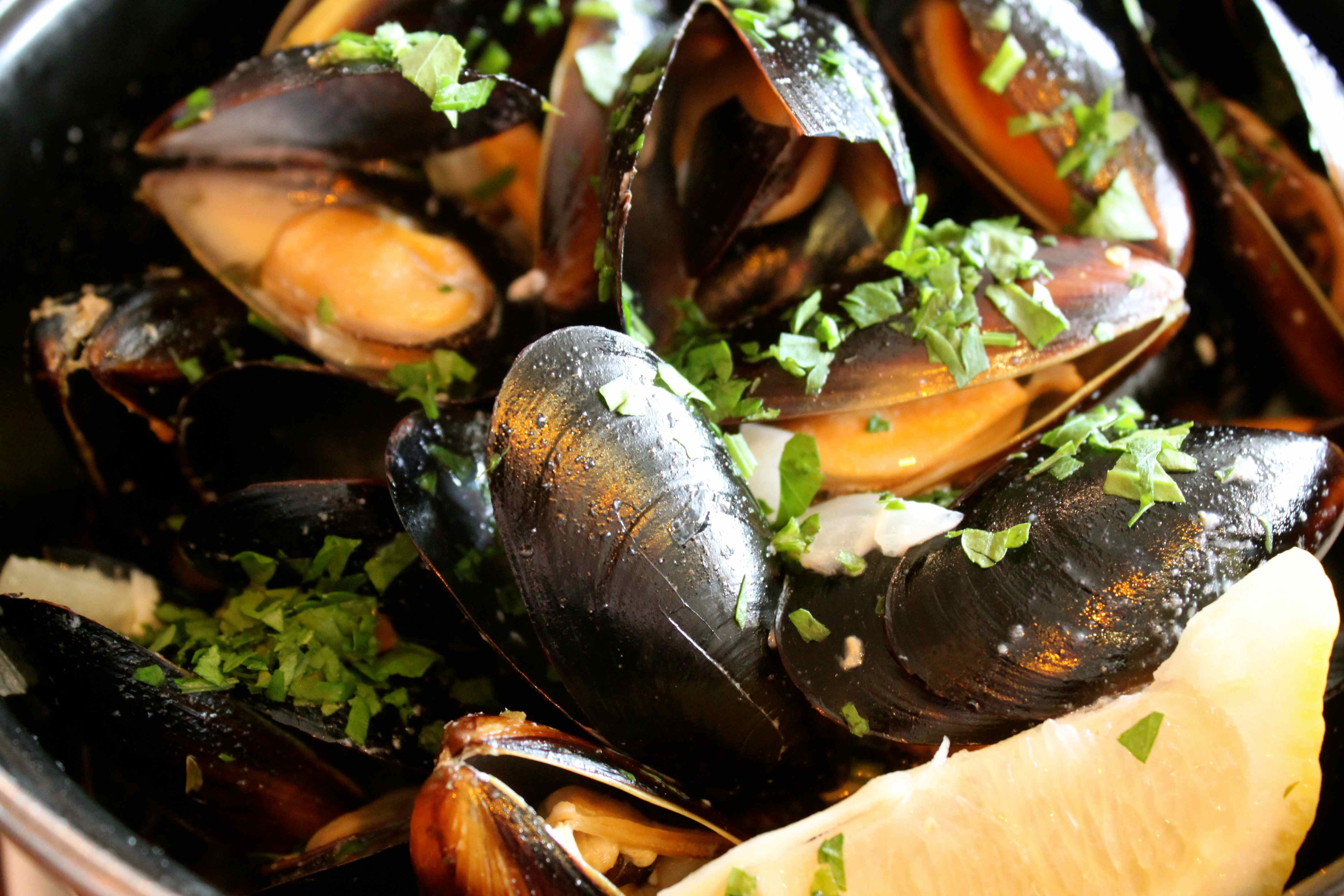 how to eat moules frites