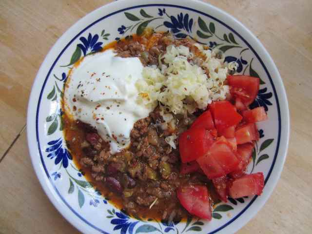 Chilli with tomatoes and yogurt