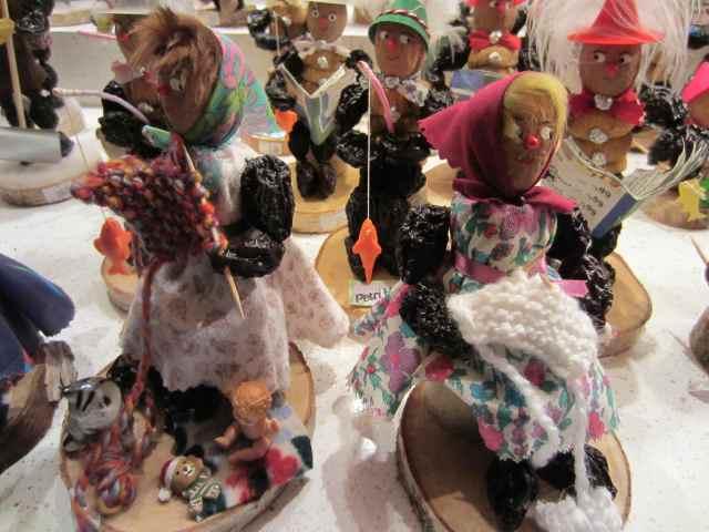 Prune people knitting