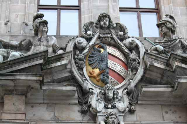 Rathaus sculptures 1