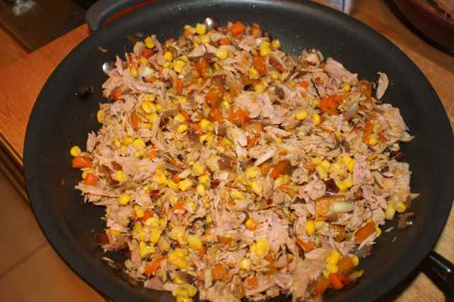 Mix tuna with veg