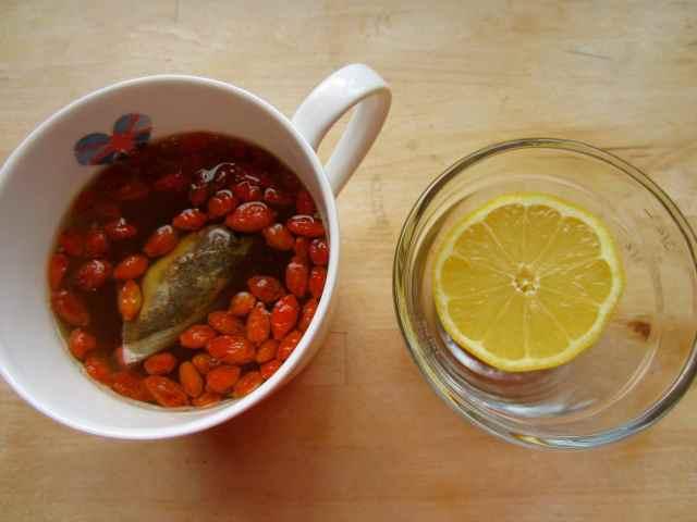 goji tea and lemon half