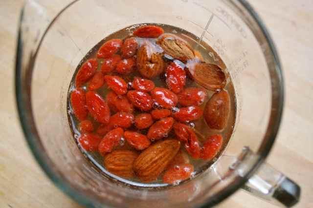 goji berries, rasins and almonds