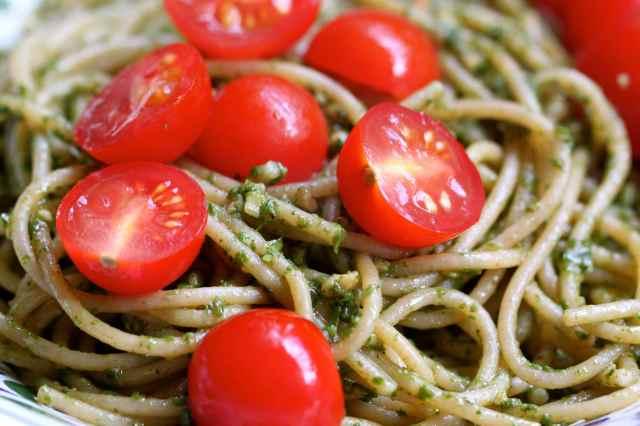 spagheti and pesto