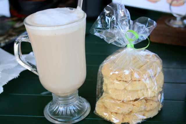 Latte and macadamia cookies