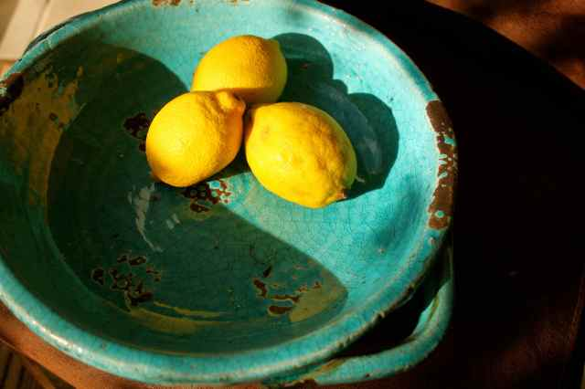 lemons in blue bowl