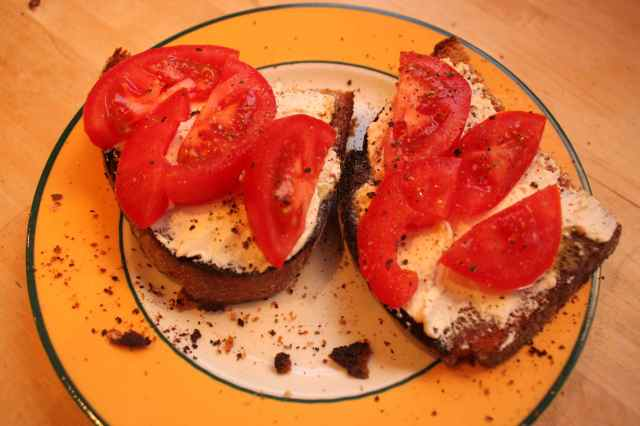 toast with cream cheese and tomato