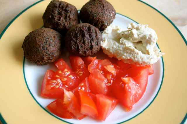 falafel, tomatoes and humous