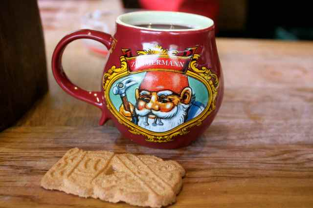 gluhwein and biscuit