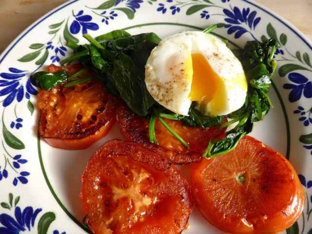 egg, spinach and fried tomatoes