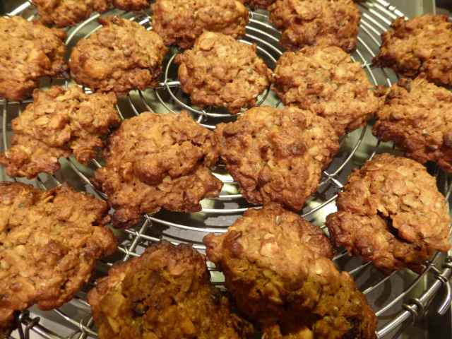 cookies with oats, raisins and nuts