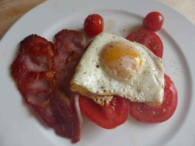 bacon egg and tomato