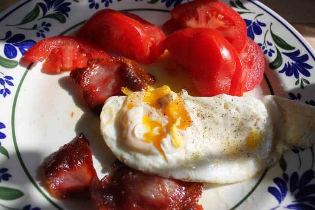 egg bacon and tomatoes