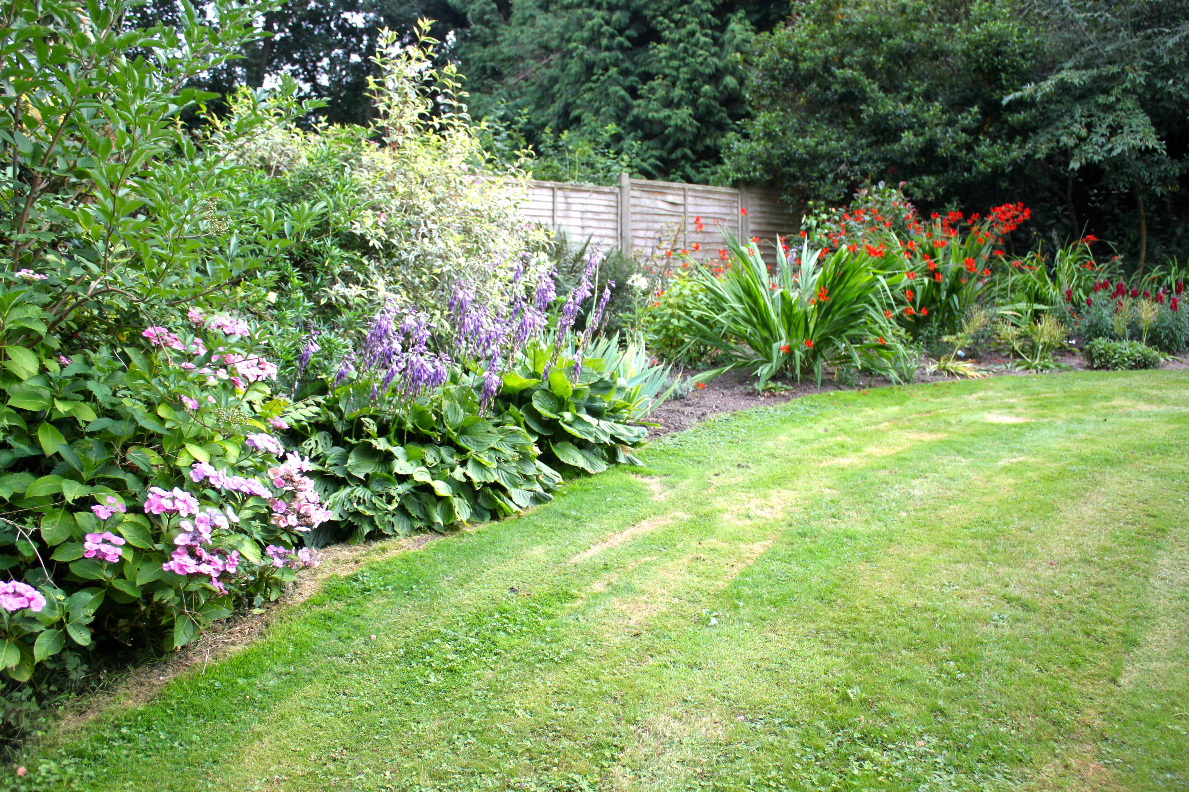 Top 28 large flower beds wonderful raised flower bed for Large flower bed ideas