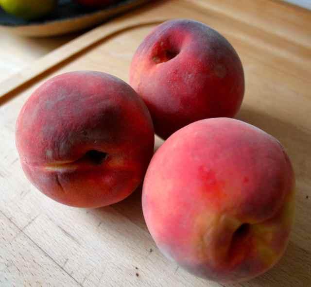 3 perfect peaches