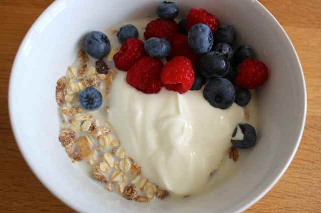 muesli. yogurt, berries