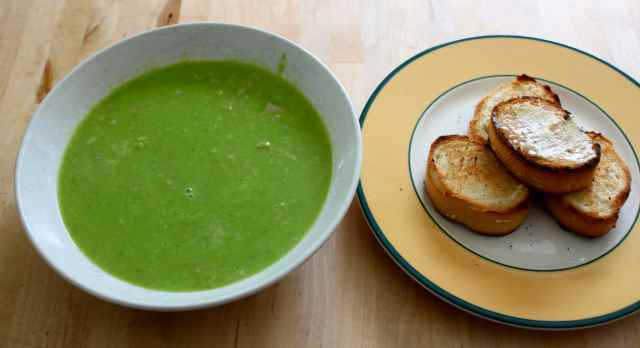 pea and ham soup with bread
