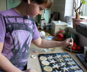 H decorating cookies