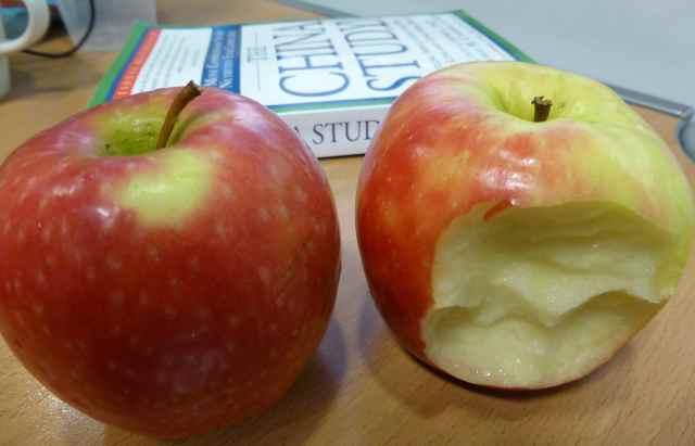2 apples on desk