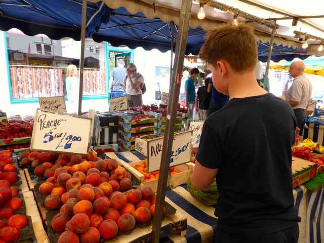 H choosing fruit