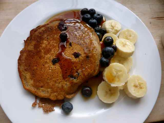 blueberry pancakes with bananas